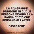 La più grande prigione in cui le persone vivono é la paura di ciò che pensano gli altri. David Icke