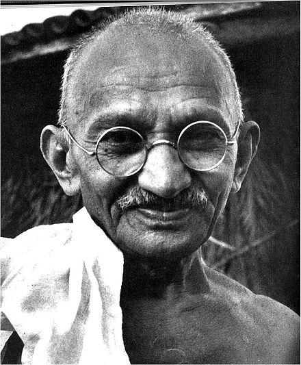 """Prendi un sorriso"""": la bellissima poesia di Mahtma Gandhi"""